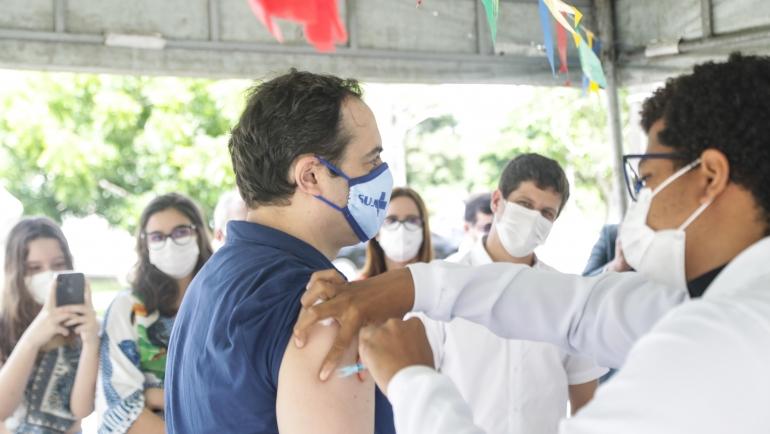 Trios de forró pé de serra embalam vacinação São João do Recife